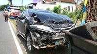 Mobil dinas pejabat Pemkot Blitar, Jawa Timur, ringsek usai ditabrak truk gula (Liputan6.com/Zainul Arifin)
