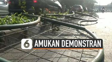 Sejumlah fasilitas umum rusak akibat amukan massa demonstran Senin (30/9/2019) malam. Petugas sudin kehutanan Jakarta mencoba perbaiki pagar pembatas jalan yang roboh di daerah Bendungan Hilir.