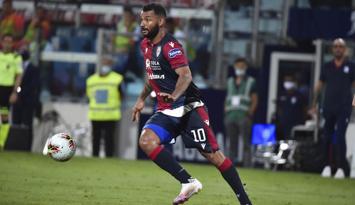 Pemain Cagliari, Joao Pedro, menggiring bola saat melawan Juventus pada laga Serie A di Stadion Sardegna, Rabu (29/7/2020). Cagliari menang 2-0 atas Juventus. (Alessandro Tocco/Lapresse via AP)