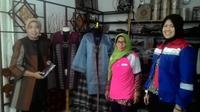 Daipit founder PKBM An-Nur Ibun Bandung Yanti Lidiati dan Juru BIcara PGE unit Karaha Asmaul Husna, salah satu peserta tengah diajari keterampilan mengolah bahan limbah menjadi fashion unggulan (Liputan6.com/Jayadi Supriadin)