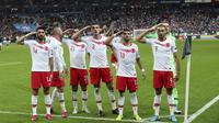 Para pemain Turki memberi hormat ketika mereka merayakan gol ke gawang Prancis selama pertandingan Grup H Kualifikasi Piala Eropa 2020 di Stade de France di Saint Denis, utara Paris (14/10/2019). Dengan Hasil ini kedua tim memilki poin sama 19. (AP Photo/Thibault Camus)
