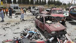 Personel keamanan berjaga di lokasi serangan bom bunuh diri di Quetta, Pakistan, Rabu (25/7). Sebanyak 31 orang tewas dalam serangan tersebut. (BANARAS KHAN/AFP)