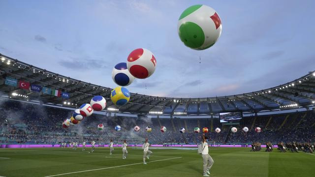 Acara pembukaan ini bisa dibilang sederhana hanya ada beberapa artis yang tampil dan juga ornamen-ornamen bendera negara peserta Euro 2020 berupa balon raksasa. (Foto: AP/Pool/Alessandra Tarantino)