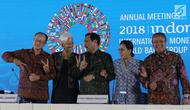 Ketua Panitia IMF-Bank Dunia Luhut Binsar Pandjaitan (dua kiri), Direktur Pelaksana IMF Christine Lagarde, Presiden Bank Dunia Jim Yong Kim, Menkeu Sri Mulyani, dan Gubernur BI Perry Warjiyo saat penutupan, Bali, Minggu (14/10). (Liputan6.com/AnggaYuniar)