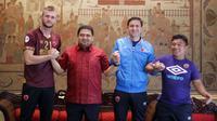 PSM mengenalkan bek Serif Hasic dan Nenad Bacina (asisten pelatih) di Hotel Sultan, Jakarta (10/2/2020). (Bola.com/Abdi Satria)