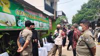 Satpol PP Kota Depok melakukan peneguran dan penghentian kegiatan resepsi pernikahan warga di Kelurahan Mampang, Kecamatan Pancoran Mas, Kota Depok. (Istimewa).