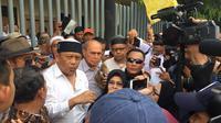 Kivlan Zen didampingi Eggi Sudjana memimpin aksi di depan Gedung Bawaslu. (Nur Habibie/Merdeka)