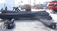 Buruh melakukan bongkar muat besi baja di Pelabuhan Sunda Kelapa, Jakarta Utara, Selasa (9/8). Harga besi mengalami kenaikan sekitar 30%. Kenaikan terjadi sejak awal bulan Maret lalu hingga saat ini. (Liputan6.com/Angga Yuniar)
