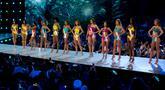 Sejumlah kontestan tampil dalam balutan baju renang dalam preliminary competition ajang Miss Universe 2018 di Bangkok, Thailand, Kamis (13/12). Tahun ini Miss Unverse memasuki penyelenggaraan tahun ke-67. (AP Photo/Gemunu Amarasinghe)