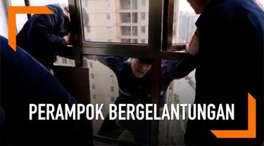 Seorang perampok berupaya kabur dari penggerebekan polisi di China. Ia nekat keluar dari jendela lantai 22 apartemen dan bergelantungan.