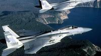 Ilustrasi dua pesawat jet tempur F-15 sedang terbang di atas Crater Lake di negara bagian Oregon. (Sumber USAF)
