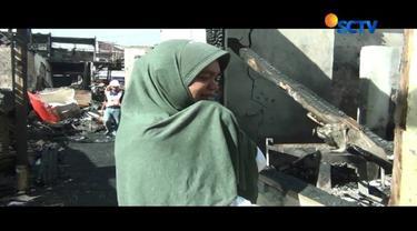Dengan berurai air mata, Salamah korban kebakaran di Taman Kota Kembangan, menceritakan rumahnya yang tersisa tinggal puing-puing akibat kebakaran beberapa waktu lalu.