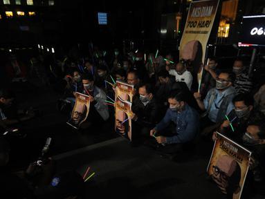 Koalisi Masyarakat Sipil Anti Korupsi bersama Wadah Pegawai melakukan aksi tutup mulut di Gedung KPK, Jakarta, Selasa (12/3). Mereka memperingati peringatan ke-700 hari penyerangan terhadap penyidik senior KPK Novel Baswedan. (merdeka.com/Dwi Narwoko)