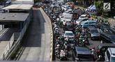 Kondisi lalu lintas semrawut saat penutupan ruas Jalan Veteran akibat adanya sidang sengketa Pilpres 2019 di Gedung Mahkamah Konstitusi (MK), Jakarta, Selasa (18/6/2019). Penutupan Jalan Veteran mengakibatkan kemacetan lalu lintas di sekitar kawasan tersebut. (Liputan6.com/JohanTallo)