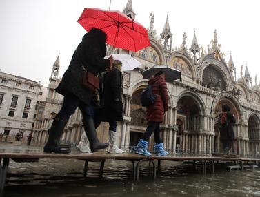 Venesia Tergenang Banjir Imbas Gelombang Pasang