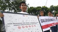 Sejumlah pelajar menunjukan spanduk saat menggelar aksinya di depan Istana Presiden, Jakarta, Sabtu (25/2). Mereka meminta kepada Presiden Jokowi agar sama-sama melawan perusahaan rokoknya yang menargetkan para pelajar. (Liputan6.com/Helmi Afandi)