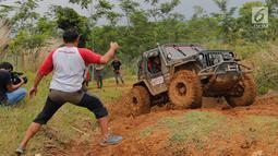 Jeep peserta jurnalis 4x4 melintasi lumpur selama Fastron Weekend Drive- Dasa Warsa Jurnalis 4X4, Bogor, Jawa Barat (26/11). Peserta juga diajak mengikuti pelatihan Fotografi, Videografi dan Editing serta Penulisan Press Release. (Liputan6.com/HO/Tatan)