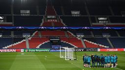Pemain dan pelatih Real Madrid berkumpul di lapangan jalang menghadapi Paris Saint Germain (PSG) di Stadion Parc des Princes di Paris, Prancis, Senin (5/3). (FRANCK FIFE/AFP)