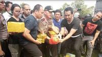 Kapolda Metro Jaya Irjen Pol M Iriawan saat membuka barang bukti sabu satu ton hasil tangkapannya. (Liputan6.com/Yandhi Deslatama)