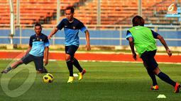 Slamet Nur Cahyo tampak membawa bola mencoba membangun serangan dalam sesi latihan di Stadion GBK Jakarta. (Liputan6.com/Helmi Fithriansyah)