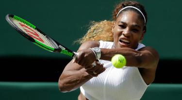 Petenis AS, Serena Williams mengembalikan bola ke arah petenis Republik Ceko, Barbora Strycova pada babak semifinal Grand Slam Wimbledon di All England Lawn Tennis Club, Kamis (11/7/2019). Serena Williams menang dua set langsung dengan skor 6-1, 6-2, dalam laga berdurasi 59 menit. (AP/Ben Curtis)
