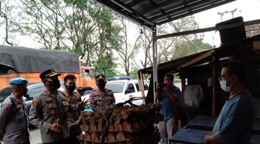 Polres Cilegon Bantu Warga Isoman Yang Kelaparan. (Selasa, 13/07/2021). (Dokumentasi Polsek Ciwandan).
