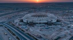 Gambar yang dirilis pada 20 November 2019, Stadion Al-Rayyan yang menjadi venue Piala Dunia 2022 sedang dalam pembangunan di sekitar ibu kota Qatar, Doha. Piala Dunia 2022 Qatar rencananya akan dimulai pada 21 November hingga 18 Desember. (Qatar's Supreme Committee for Delivery and Legacy/AFP)