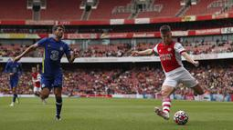 Kieran Tierney (kanan) yang berumur 24 tahun merupakan pemain Arsenal yang menunjukkan konsistensi dalam setiap permainan. Sejak direkrut dari Celtic pada tahun 2019, Tierney telah tampil sebanyak 44 kali dan menyumbangkan 2 gol bagi Arsenal di kompetisi Liga Inggris. (Foto: AFP/Adrian Dennis)