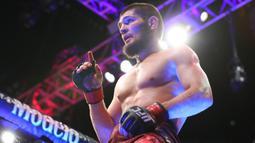 Khabib Nurmagomedov merayakan kemenangannya merebut juara atas Al Iaquinta dalam UFC 223 di New York City pada 7 April 2018. Khabib mengumumkan pensiun dari dunia seni bela diri campuran (MMA) usai mengalahkan Justin Gaethje dalam UFC 254, Minggu (25/10/2020). (Ed Mulholland/Getty Images/AFP)