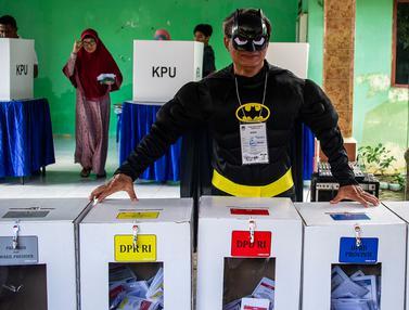 Batman hingga Spiderman Layani Warga Surabaya Nyoblos