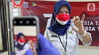 Vaksinator menunjukkan vaksin COVID-19 dosis ketiga atau booster untuk tenaga kesehatan di RSUD Matraman, Jakarta, Jumat (6/8/2021). Pemberian vaksin dosis ketiga atau booster kepada tenaga kesehatan di Indonesia ditargetkan rampung pada pekan kedua Agustus 2021. (Liputan6.com/Herman Zakharia)