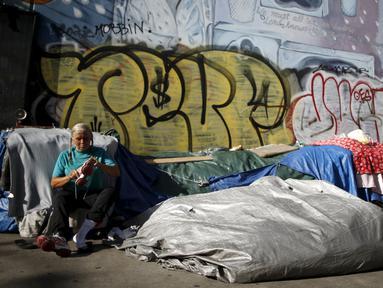 Orang tidur di tenda-tenda di Skid Row, pusat kota Los Angeles, California, AS, Kamis (1/10/2015). Kota Los Angeles menetapkan status darurat terkait makin rumitnya persoalan kaum tunawisma di sana. (REUTERS/Lucy Nicholson)