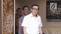 Menkumham Yasonna Laoly bersama Kepala BNPT Suhardi Alius sebelum melakukan MoU di gedung Kemenkumham, Jakarta, Kamis (31/5). Ada dua poin kerjasama yang disepakati dalam penguatan penanganan tindak pidana terorisme. (Liputan6.com/Herman Zakharia)