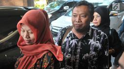 Terpidana kasus pelanggaran ITE Baiq Nuril Maknun (kiri) saat tiba di Kantor Kemenkumham, Jakarta, Senin (8/7/2019). Baiq Nuril menemui Menkumham Yasonna Laoly setelah upaya Peninjauan Kembali (PK) dirinya ditolak Mahkamah Agung (MA). (merdeka.com/Iqbal Nugroho)