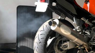 Penyebab Knalpot Motor 4 Tak Nyembur Asap Putih