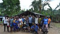 Bupati Sorong Johny Kamuru dan warga