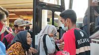 Pengungsi mulai dipindahkan ke satu titik di GOR Bumi Patra Indramayu. GOR milik Pertamina RU VI Balongan Indramayu tersebut diyakini akan lebih efektif. (Liputan6.com/Panji Prayitno)