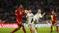 Duel antara Serge Gnabry dan Andrew Robertson pada leg kedua, babak 16 besar Liga Champions yang berlangsung di Stadion Allianz Arena, Munchen, Kamis (14/3). Liverpool menang 3-1. (AFP/Odd Andersen)