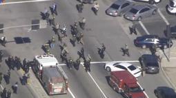 Gambar yang diambil dari courtesy rekaman video Nbcla.com memperlihatkan petugas berada di lokasi penembakan di sebuah pusat layanan bagi kaum difabel Inland Regional Center di San Bernardino, California, Rabu (2/12) waktu setempat. (REUTERS/NBCLA.COM)