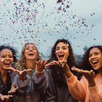 Berbagai informasi ter-update seputar dunia perempuan bisa kamu dapatkan di grup WhatsApp Fimeahood Bali dan Medan. (Shutterstock)