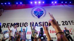 Menteri Desa, Pembangunan Daerah Tertinggal dan Transmigrasi Marwan Jafar (tengah) bersama Slank hadir dalam Forum Rambug Nasional 2015 di Jiexpo Kemayoran, Jakarta, (15/12). Forum tersebut bertema 'Desa membangun Indonesia'. (Liputan6.com/Faizal Fanani)