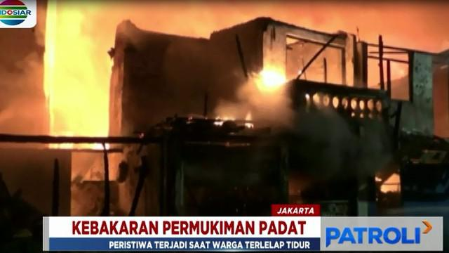Kobaran api kian membesar lantaran bangunan semi permanen milik warga terbuat dari bahan yang mudah terbakar.