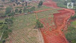 PEMPROV DKI PERLUAS LAHAN PEMAKAMAN JENAZAH COVID-19: Foto udara blok pemakaman jenazah Covid-19 di TPU Pondok Ranggon, Minggu (27/9/2020). Pemprov DKI Jakarta kembali memperluas lahan pemakaman jenazah pasien Covid-19 di TPU Pondok Ranggon. (Liputan6.com/Herman Zakharia)