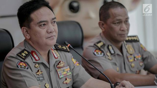Kadiv Humas Mabes Polri Irjen Pol Muhammad Iqbal (kiri) memberi keterangan terkait penangkapan Andi Arief, Jakarta, Senin (4/3). Andi diduga baru menggunakan sabu yang kemudian dibuang ke kloset sesaat sebelum penggerebekan. (Liputan6.com/Faizal Fanani)