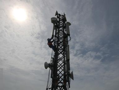Teknisi sedang melakukan pemeriksaan rutin terhadap perangkat BTS yang berada di daerah stasiun Juanda, Jakarta (16/12).(Liputan6.com/Angga Yuniar)