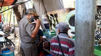 Petugas gabungan melakukan razia terhadap sejumlah pihak yang melanggar aturan PPKM Darurat. (Foto: Bam Sinulingga/Liputan6.com).