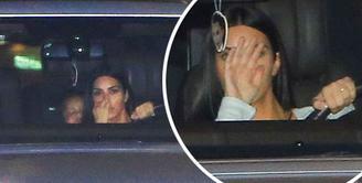 Belakangan ini kabar rumah tangga Kim Kardashian dan Kanye West tidak sedang harmonis. Keduanya disiarkan akan segera mengakhiri rumah tangganya, namun sampai saat ini Kim masih terlihat memakai cincin kawinnya itu. (doc.mirror.com)