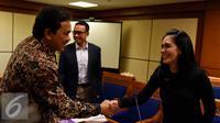 Ketua Pansus Pelindo II Rieke Diah Pitaloka (kanan) berjabat tangan dengan Achsanul Qosasi usai rapat di Jakarta, Kamis (22/10/2015). Pansus Pelindo meminta hasil audit BPK terhadap perusahaan  yang diduga merugikan negara. (Liputan6.com/Johan Tallo)
