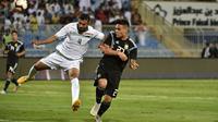 Striker Argentina, Lautaro Martinez (kanan) mencetak gol ke gawang Irak, pada laga di Stadion Faisal bin Fahd, Riyadh (11/10/2018).  (AFP / Fayez Nureldine)