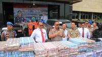 Kapolda Jatim Irjen Pol Luki Hermawan menuturkan, investasi ilegal dijalankan tersangka dengan menggunakan PT Kam and Kam. (Foto: Liputan6.com/Dian Kurniawan)